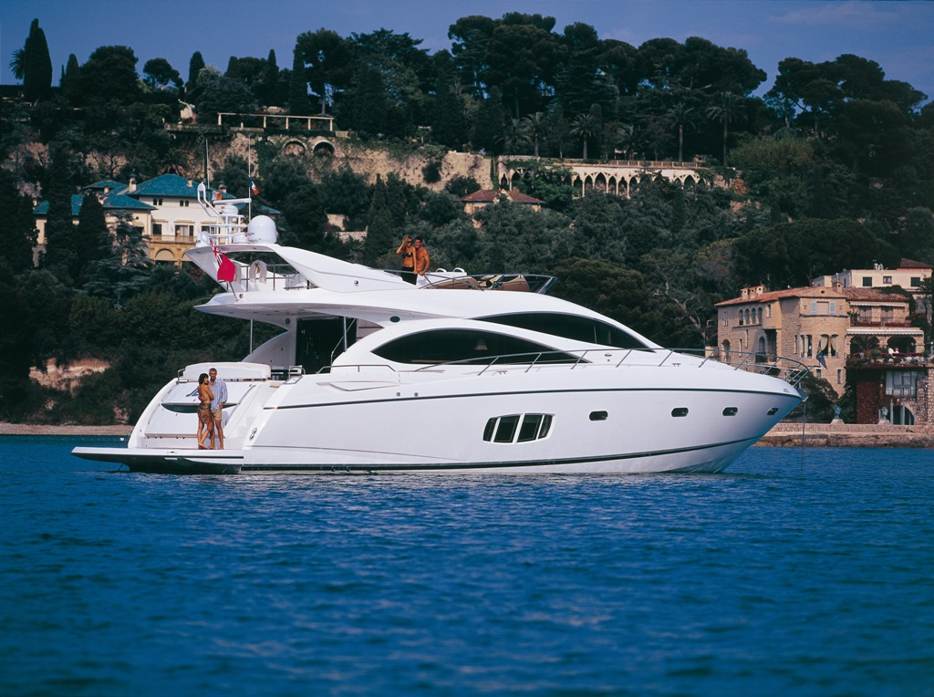 The yacht Sunseeker Manhattan 70 has a stable profile and graceful cruise ...